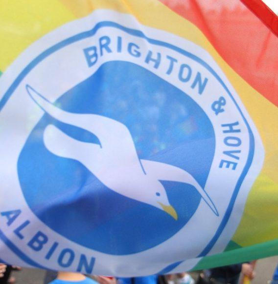 W Anglii kluby piłkarskie chodzą na Parady Równości