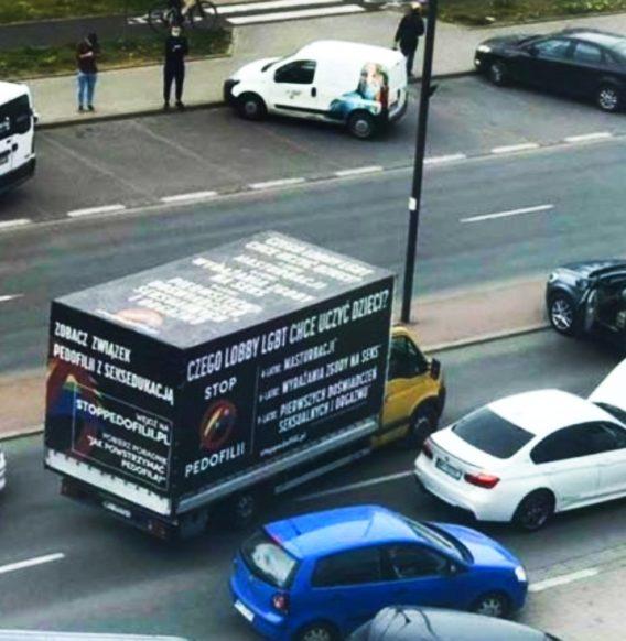 Furgonetka nienawiści zatrzymana na środku ulicy w Warszawie
